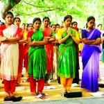 Inde, Tamil Nadu, Madras, école de danse de la Kalakshetra (enseignement du Bharata Natyam), étudiantes priant debout, sous le banian sacré